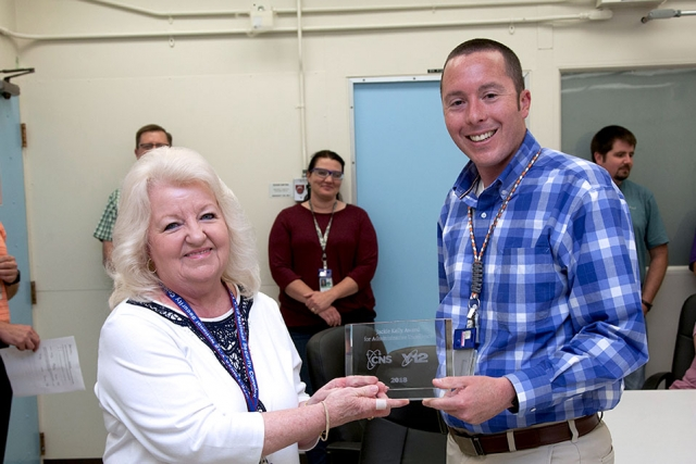 Sue Lankford, administrative assistant for Analytical Chemistry, accepts the Jackie Kelly Award for Administrative Excellence from Rob Kring.